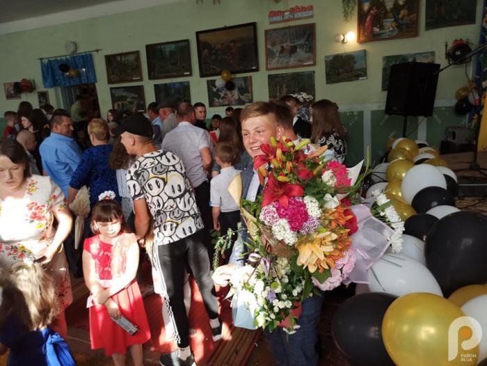 Рідні та друзі привітали випускників із закінченням школи
