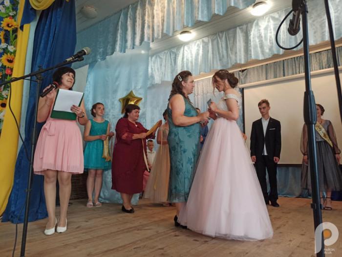 Для вручення атестатів запросили директорку школи Зінаїду Дорощук, завучку Ольгу Гаврук та першу вчительку Оксану Сергійчук.