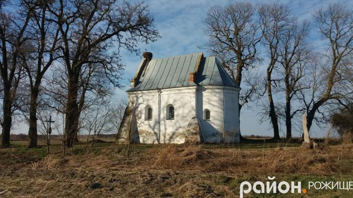 Церква розташована серед старезних дерев