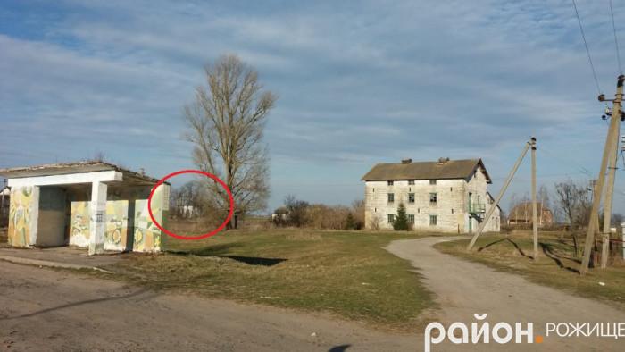 Церкву видно з дороги Рожище –Колки