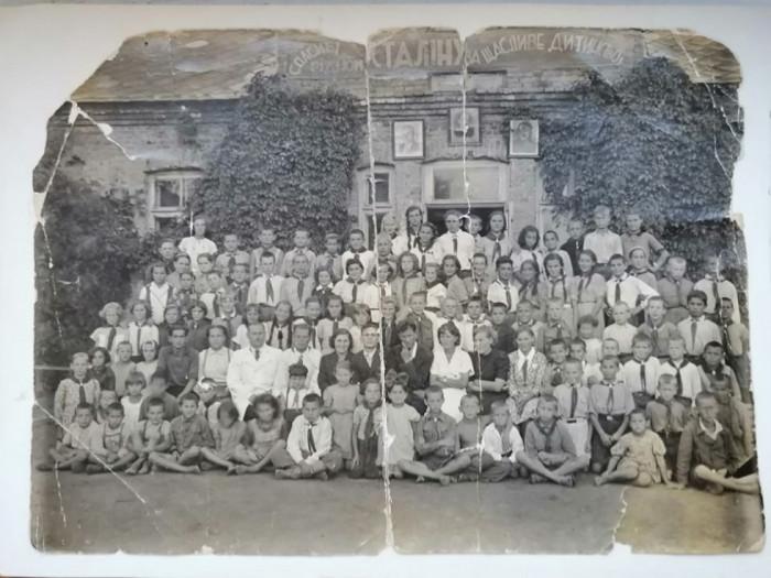Табір відпочинку дітей в маєтку пана Стемпковського, 1940-ві роки. Фото з архіву Лідії Редчук