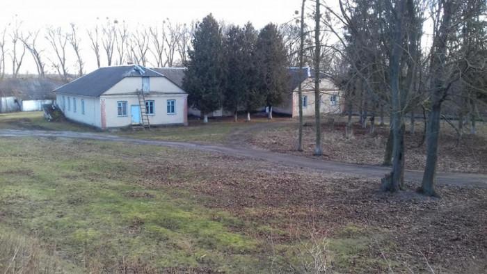 Вид з валу городища на будівлю лікарні. Фото Богдана Приймачка.