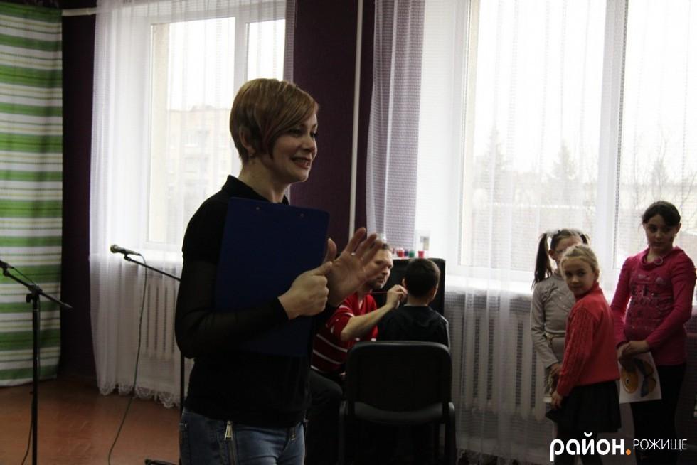 У ролі ведучої - керівник народного аматорського театру РД «Просвіта» Наталія Марценюк