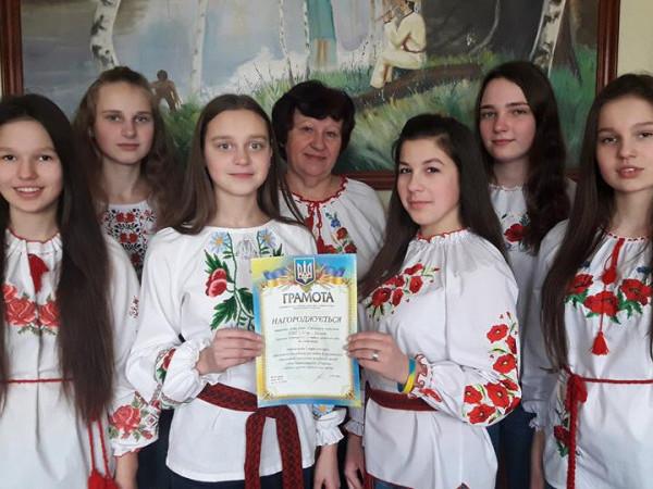 Пошукова група учнів«Стежками минулого» з керівником Онисією Куденчук