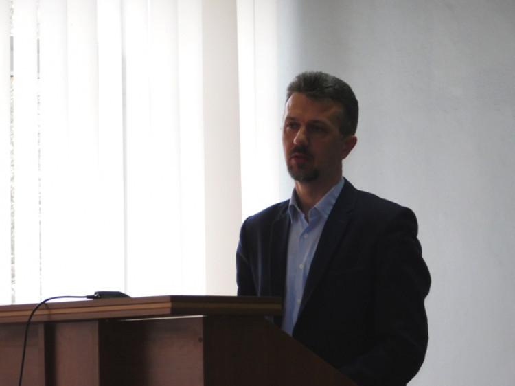 Про роботу Рожищенського районного центру соціальних служб для сім'ї, дітей та молоді доповівдиректор центру Олег Шварцкоп.