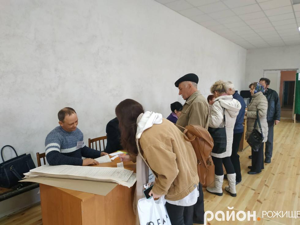 Деякі виборці поводяться впевнено і процес голосування не займає багато часу. Є й такі, що довго вагаються, роздумують. Особливо люди поважного віку.