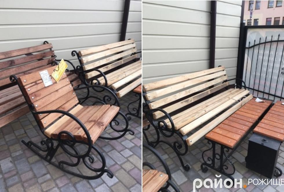 Щоб місце відпочинку надворі було максимально комфортним, його варто облаштувати лавками або й кріслом-гойдалкою.