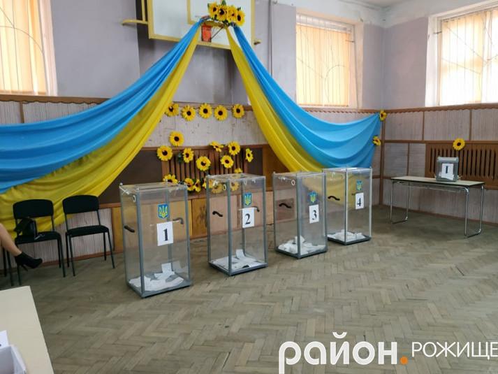 У школі № 1 приміщення для голосування гарно прикрасили у кольорах державної символіки.