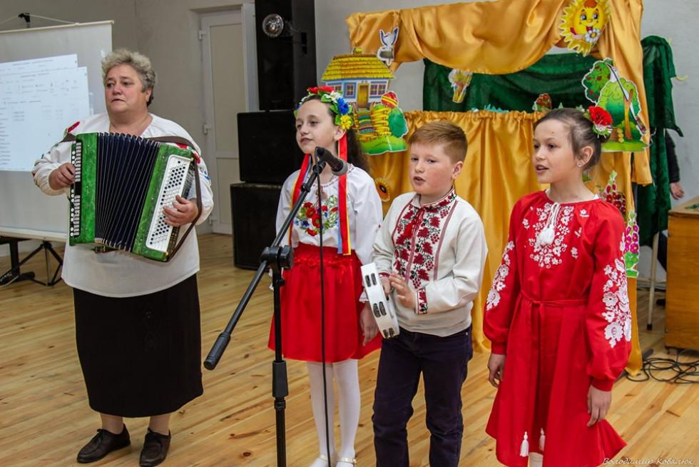 Дитяче тріо з будинку культури селаСокіл(керівниця ОленаРомановська)