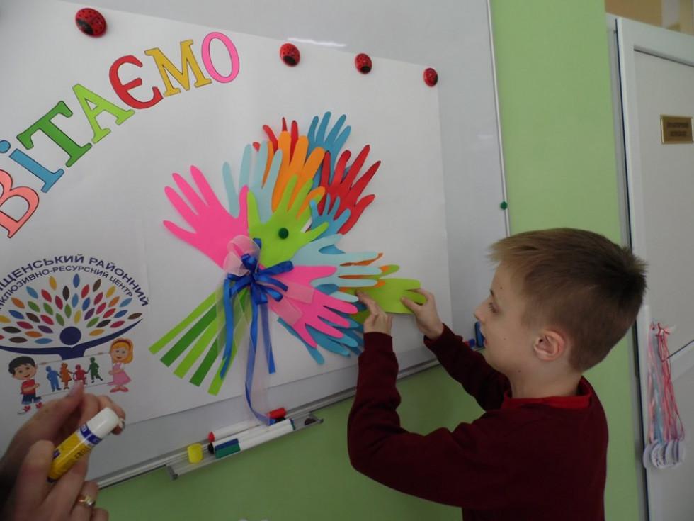 Діти та батькидолучилися до виготовлення вітальної листівки.