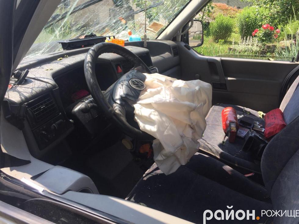 Мікроавтобус дуже пошкоджений, спрацювала подушка безпеки.