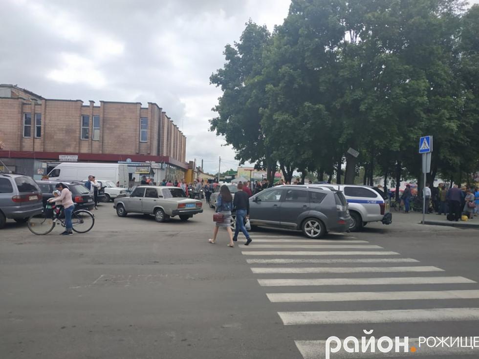 Скупчення автомобілів поблизу площі Богдана Хмельницького