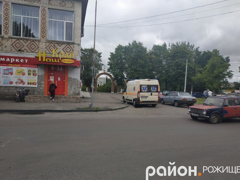 Карета швидкої допомоги зупинилася навпроти площі Хмельницького.