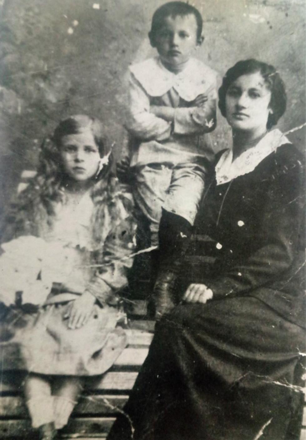Єрьоміна (згодом Окул) Текля з дітьми