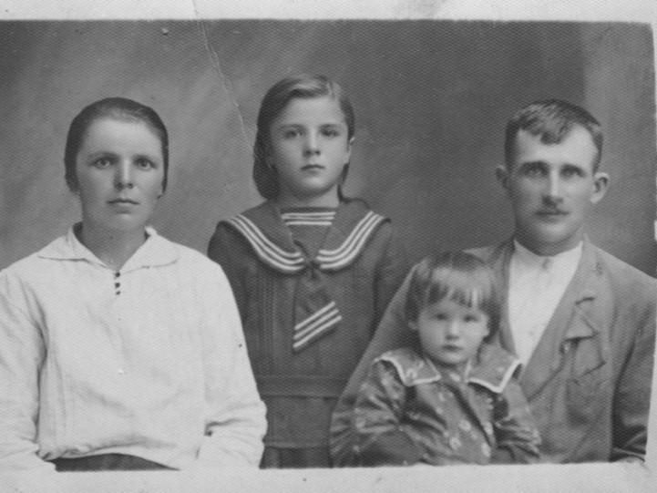 На теренах Люблінського воєводства у 1937 році. Через 10 років новою домівкою сім'ї стане місто Рожище на Волині.