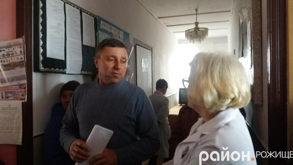 Голова Сокілської сільської ради Олег Бондарук спілкується із сімейним лікарем Валентиною Ласкавою.