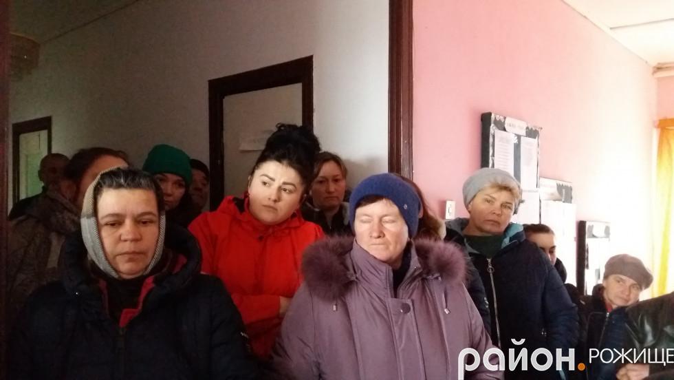 Кілька десятків жителів громади чекали депутатів понад три години.