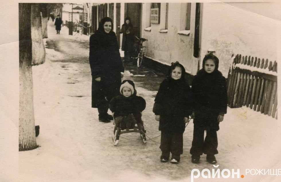 На розі сучасних вулиць Незалежності і Ліпкана. 1957 рік.