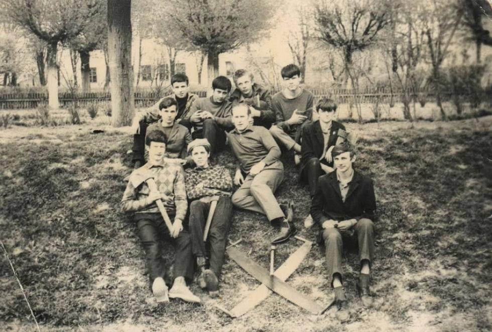 1973 рік. Юрій Мусійчук разом зі школярами