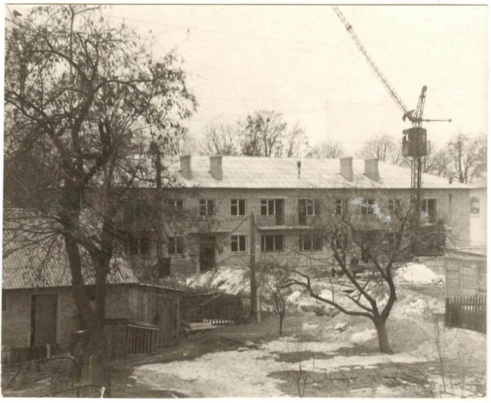 1969 рік. Будівництво житлового будинку (Незалежності, 90) на місці знесеного старенького гуртожитку зооветеринарного технікуму.