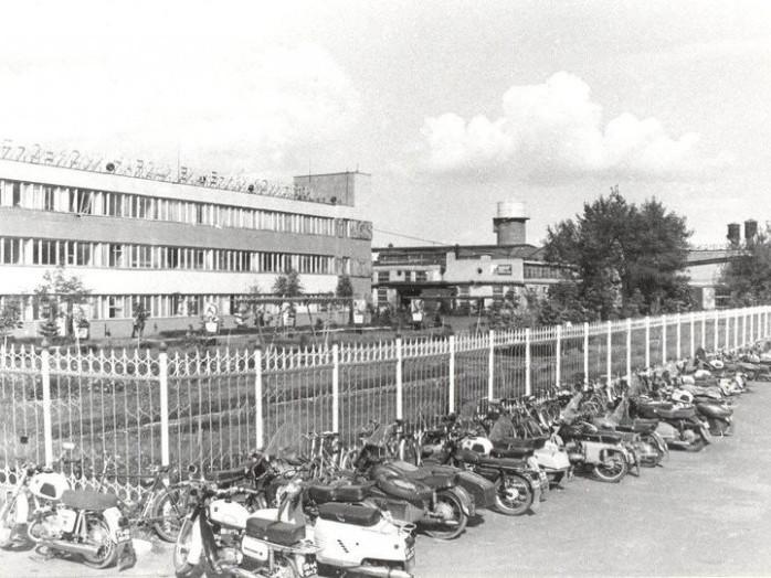 Парковка транспорту біля прохідної заводу«Рожищеферммаш.1981 рік, вулиця Селянська.