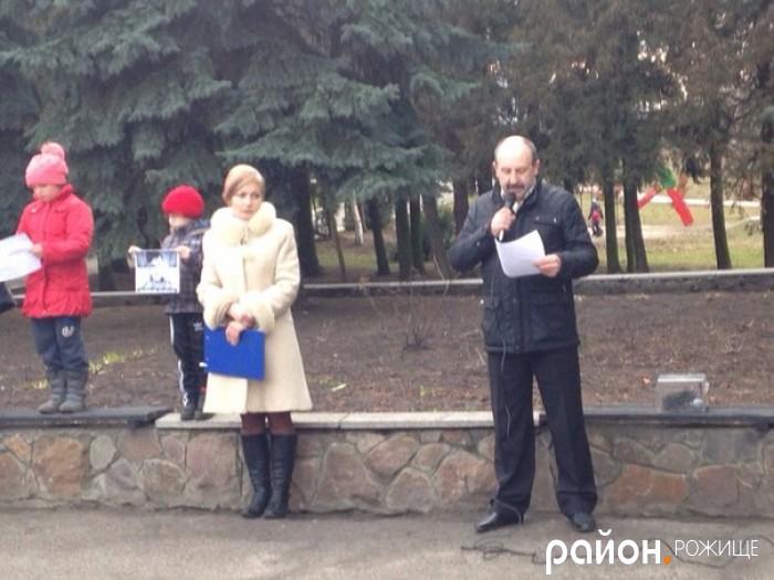 Під час акції на підтримку Надії Савченко Віталій Ковальчук зачитав Резолюцію та закликав громадські організації, осередки політичних партій Волині приєднатися до Всесвітньої акції «Волю Надії».