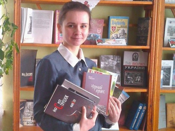 Наймолодша завідувачка бібліотеки району Людмила Дендак з книжками письменника.