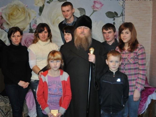 Вікарій, єпископ Нафанаїл приїхав відвідати сиріт.