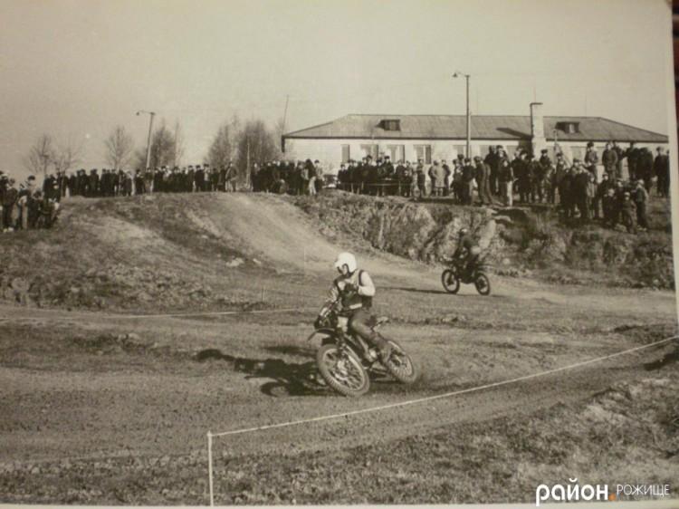 Змагання мотоциклістів на місці сучасних
