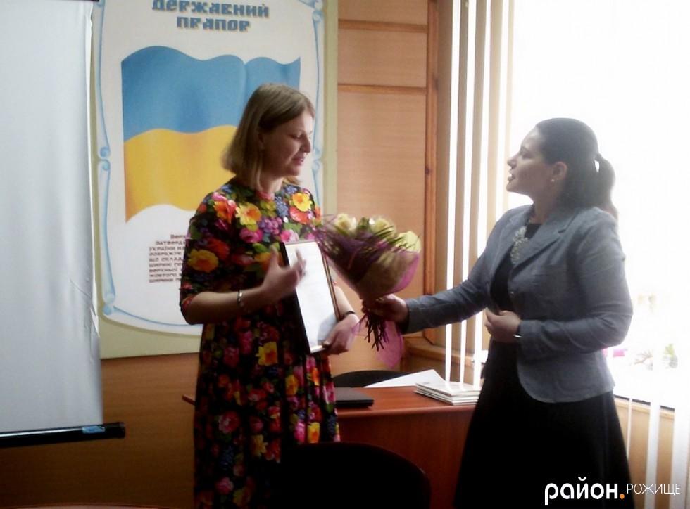 Голова РДА Інна Гайворонська дякує координатору ресурсного центру Марії Печко