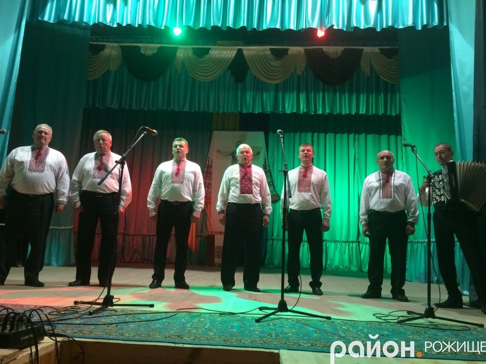 вокальний чоловічий ансамбль БК с.Пожарки (керівник Любов Пирожик)