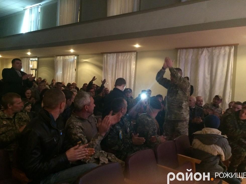 Гучними оплесками демобілізовані бійці АТО вітали з нагородою Сашка Черкашина