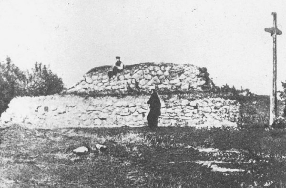 Перша могила на Чернечій горі у Каневі, з дерев'яним хрестом. 1861 рік