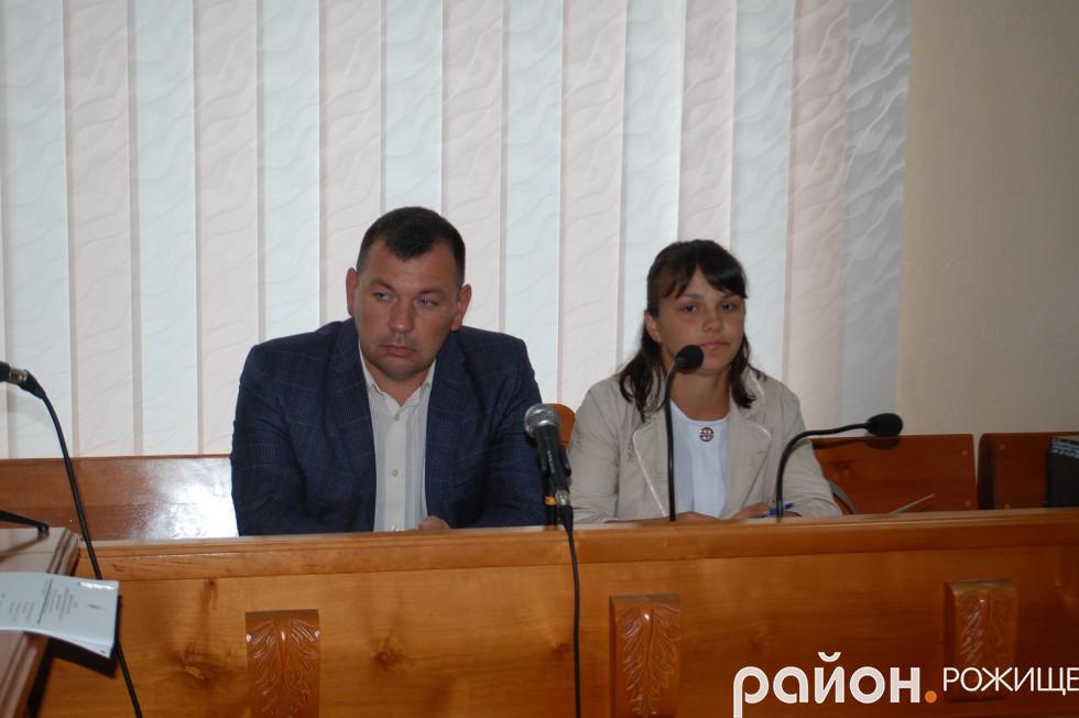 Начальник відділу освіта та молоді при РДА Ігор Кузава і юрист Оксана Матишнюк
