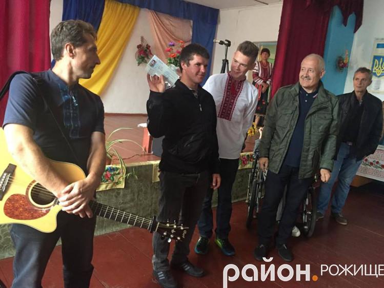 На День села волонтери вручили посвідчення УБД Михайлу Оніщуку