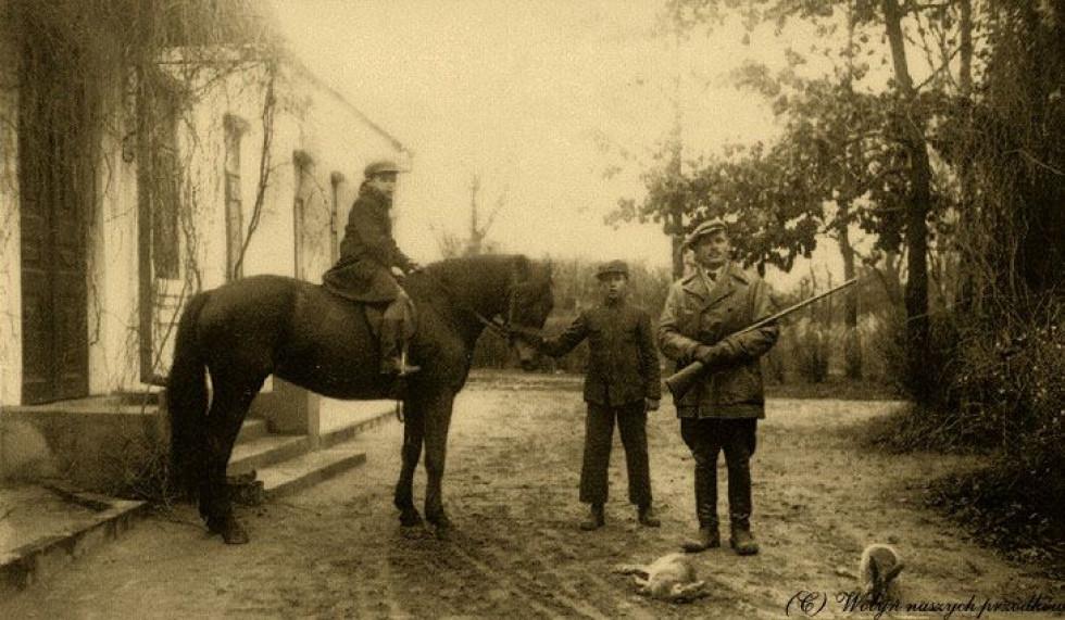 Romanówka, 1938, Після полювання. На коні син поряд з батьком