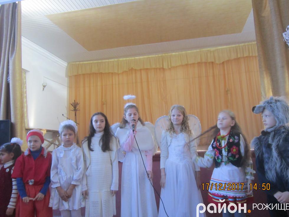 Діти демонструють таланти св. Миколаю