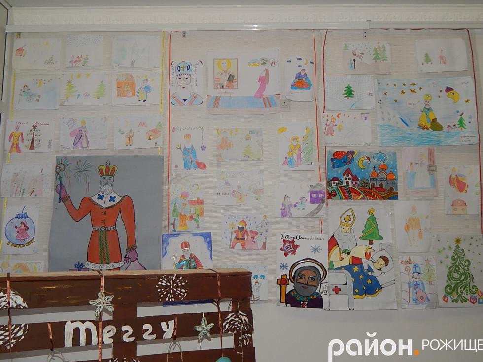 Стенд з малюнками учасників конкурсу в Рожищенській бібліотеці для дітей