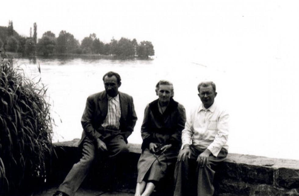 Зліва направо: невідомий, дружина Бандери - Ярослава, Дмитро Миськів. Фото - Центр досліджень визвольного руху