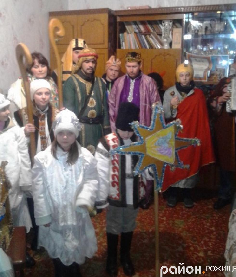 З цілим театралізованим дійством - вертепом завітали в оселі жителів району прихожани парафії греко-католицького храму Івана Богослова.