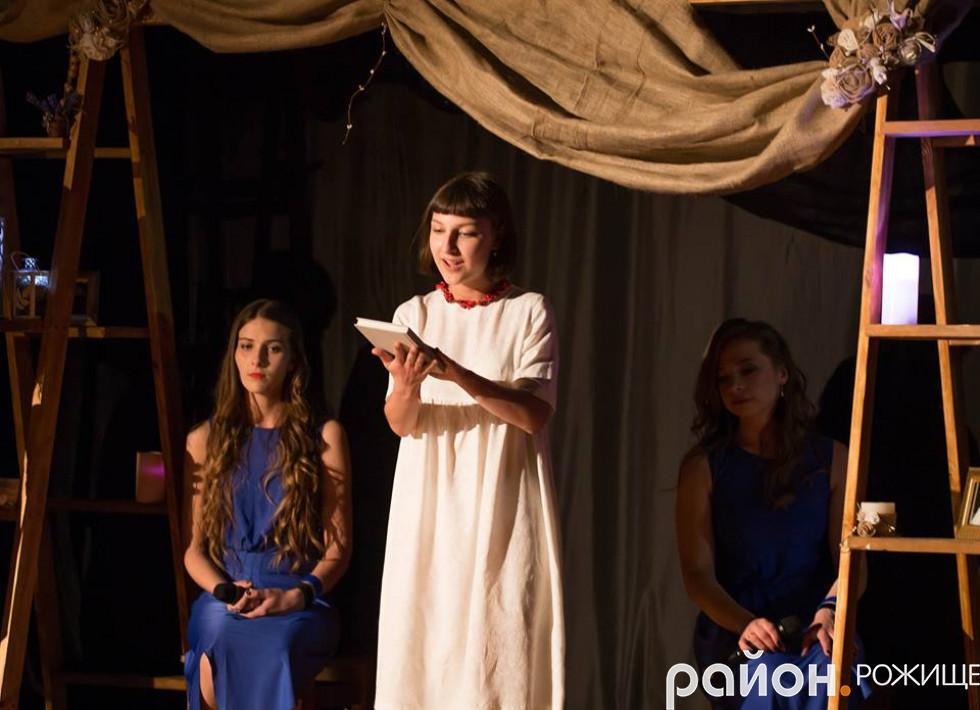 Композиції, які лунали зі сцени були щедро переплетені поезією, якою юна акторка, вела присутніх сторінками життя Вікторії Гурської