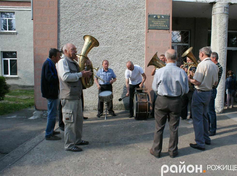 Гостей мистецького дійства зустрічав народний аматорський духовий оркестр РД «Просвіта»