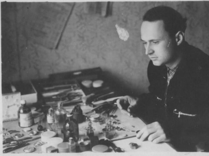 Годинникар Андрій Киричок на робочому місці, 1950-ті роки