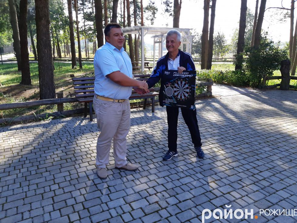 Міський голова Рожища Вячеслав Поліщук подарував районній організації інвалідів професійний дартс