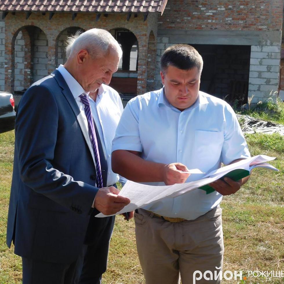 Міський голова Рожища В'ячеслав Поліщук показує голові ОДА Олександру Савченку готовий проект