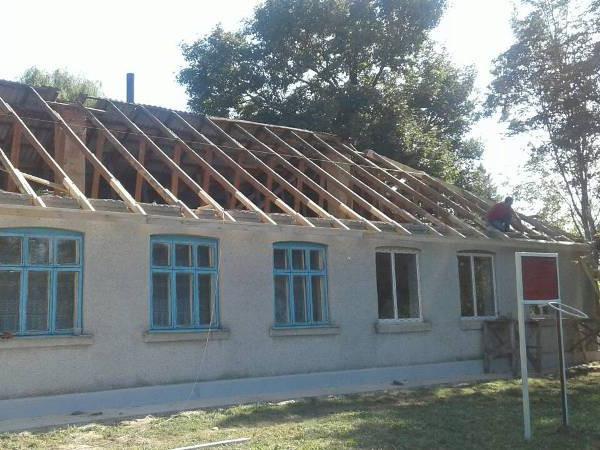 Ремонтують покрівлю дитсадка в селі Любче.