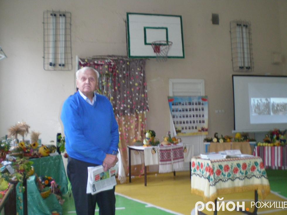 Заслужений журналіст України Василь Федчук також навчався в Доросинівській школі