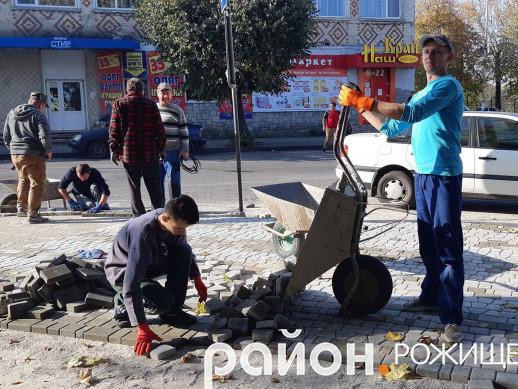 У Рожищі, поблизу скверу Богдана Хмельницького, вклали бруківку.