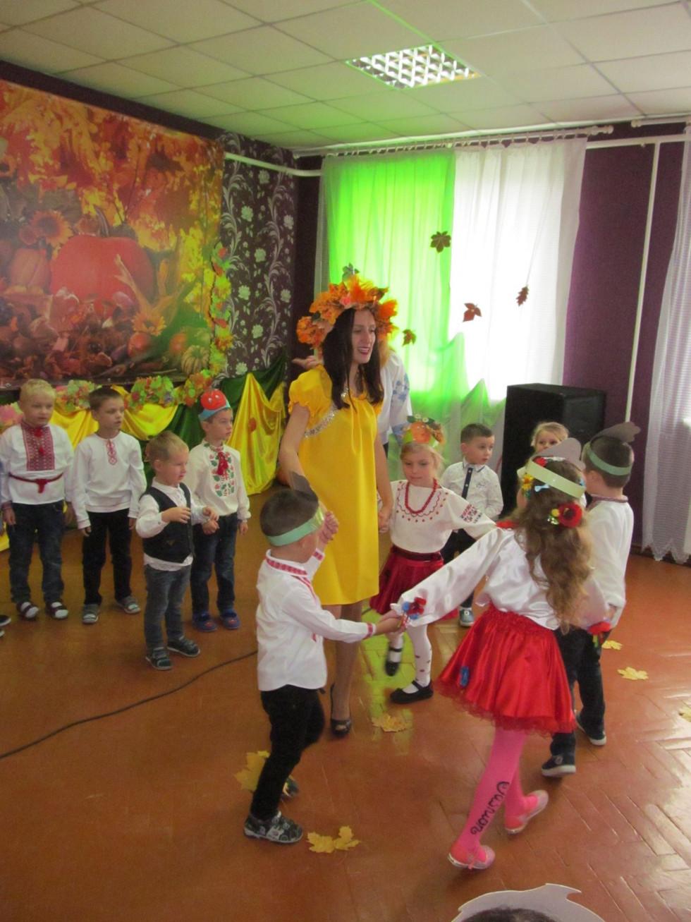 Діти відзначають свято осені