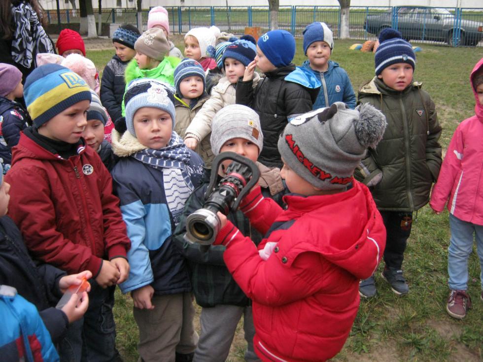 Діти та інвентар рятувальників